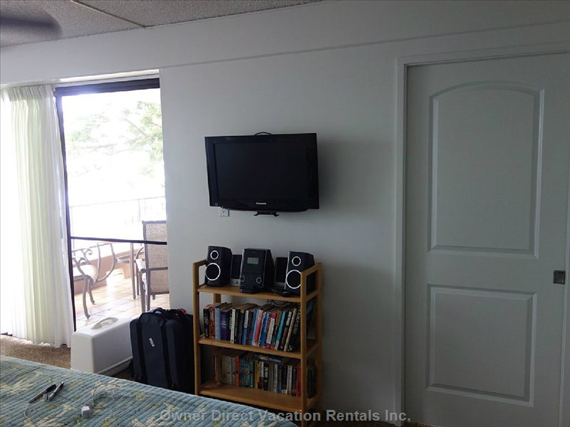 Master Bedroom has Flat Screen Tv, I-Phone Stereo Speakers and a Good Assortment of Books.