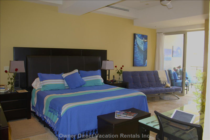 Huge, Calming Blue Master Bedroom. King Bed.Futon for Naps Or a 3rd Person. Private Balcony. Mountain/Town View.